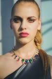 Forme o retrato da menina bonita com bordos cor-de-rosa Imagem de Stock
