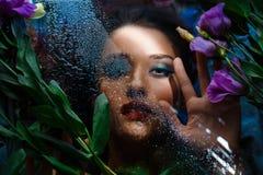 Forme o retrato da menina bonita com brilhante compõem entre eustomas Fotos de Stock Royalty Free