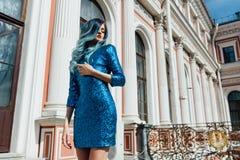 Forme o retrato da menina lindo com cabelo tingido azul por muito tempo O vestido de cocktail bonito da noite Foto de Stock Royalty Free