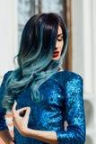 Forme o retrato da menina lindo com cabelo tingido azul por muito tempo O vestido de cocktail bonito da noite Fotos de Stock Royalty Free