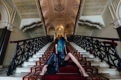 Forme o retrato da menina lindo com cabelo tingido azul por muito tempo O vestido de cocktail bonito da noite foto de stock