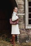 Forme o retrato da mulher bonita na parte dianteira da construção velha do vintage Fotos de Stock