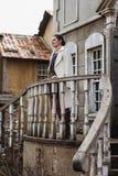 Forme o retrato da mulher bonita na parte dianteira da construção velha do vintage Foto de Stock Royalty Free