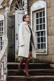 Forme o retrato da mulher bonita na parte dianteira da construção velha do vintage Imagens de Stock Royalty Free