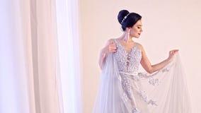 Forme o retrato da mulher bonita no vestido branco elegante vídeos de arquivo