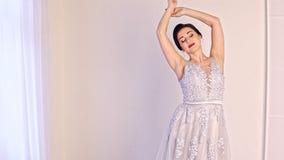 Forme o retrato da mulher bonita no vestido branco elegante filme