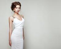 Forme o retrato da mulher bonita no vestido elegante imagens de stock royalty free