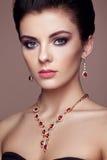 Forme o retrato da mulher bonita nova com joia fotografia de stock royalty free