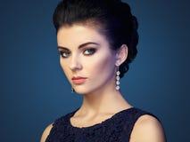 Forme o retrato da mulher bonita nova com joia fotografia de stock