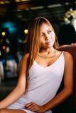 Forme o retrato da mulher bonita nova com joia e penteado elegante Menina triguenha no revestimento de couro Composição perfeita  Fotos de Stock