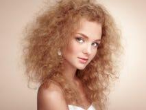 Forme o retrato da mulher bonita nova com penteado elegante fotografia de stock royalty free
