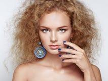 Forme o retrato da mulher bonita nova com penteado elegante fotos de stock