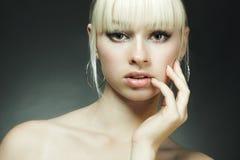 Forme o retrato da mulher loura nova Fotos de Stock Royalty Free