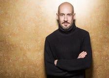 Forme o retrato de um homem dos anos de idade 40 que está sobre uma luz - cinza Fotos de Stock