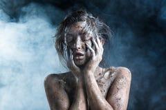 Forme o retrato de uma menina de pele escura com composição da folha de prata Face da beleza Foto de Stock Royalty Free