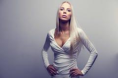Forme o retrato de uma mulher loura dentro com atitude fotos de stock
