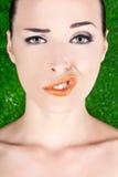Forme o retrato de uma mulher que puxa uma face estranha foto de stock