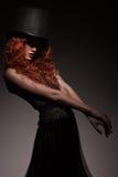 Chapéu vestindo da mulher nova da beleza imagens de stock