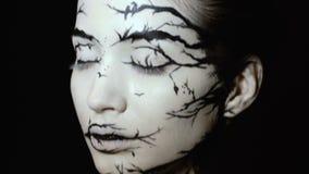 Forme o retrato do close-up da fêmea modelo com uma composição criativa surpreendente Silhuetas pintadas do muah filme