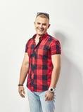 Forme o retrato do homem de sorriso novo na camisa Fotografia de Stock