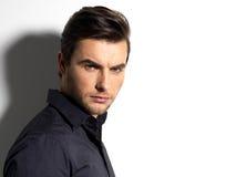Forme o retrato do homem novo na camisa preta Fotos de Stock Royalty Free