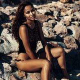 Forme o retrato do modelo bonito na praia Foto de Stock
