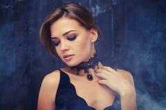 Forme o retrato dos wi 'sexy' vestindo modelo do eveningwear da sensualidade imagem de stock