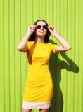 Forme o retrato ensolarado do verão da jovem mulher bonita no amarelo imagem de stock royalty free