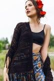 Forme o retrato exterior da mulher com as flores no cabelo Fotos de Stock Royalty Free