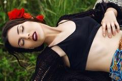 Forme o retrato exterior da mulher com as flores no cabelo Fotos de Stock