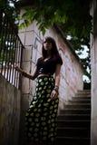 Forme o retrato exterior da mulher moreno à moda na rua Fotos de Stock Royalty Free