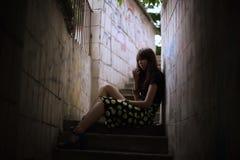 Forme o retrato exterior da mulher moreno à moda na rua Fotografia de Stock Royalty Free