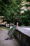 Forme o retrato exterior da mulher moreno à moda na rua Foto de Stock
