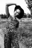 forme o retrato exterior de uma mulher moreno vestida em um terno e em um chapéu negro no campo Rebecca 36 Fotografia de Stock
