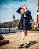 Forme o revestimento vestindo da menina, a bolsa e a cidade preta do dressin Imagens de Stock