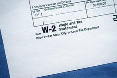 Forme o salário W-2 e taxe a indicação fotos de stock royalty free