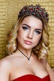 Forme o tiro da coroa longa do cabelo louro da rainha nova da beleza em sua cabeça Foto de Stock Royalty Free