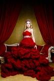 Forme o tiro da coroa longa do cabelo louro da rainha nova da beleza em sua cabeça Imagem de Stock Royalty Free