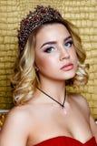 Forme o tiro da coroa longa do cabelo louro da rainha nova da beleza em sua cabeça Fotos de Stock