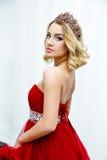 Forme o tiro da coroa longa do cabelo louro da rainha nova da beleza em sua cabeça Imagens de Stock Royalty Free