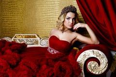 Forme o tiro da coroa longa do cabelo louro da rainha nova da beleza em sua cabeça Fotografia de Stock Royalty Free
