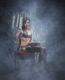 Forme o tiro de uma mulher bonita na roupa interior luxuosa Foto de Stock
