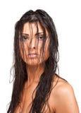 Forme o tiro de uma mulher nova com cabelo molhado Fotografia de Stock
