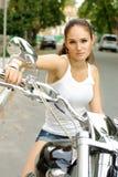 Forme o tiro do modelo bonito em um velomotor Fotografia de Stock Royalty Free