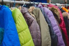 Forme os revestimentos do inverno pendurados em uma cremalheira da roupa imagens de stock