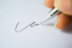 Forme para la firma con la pluma Foto de archivo libre de regalías