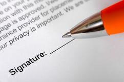 Forme para la firma con la pluma Imagen del foco selectivo Imagen de archivo