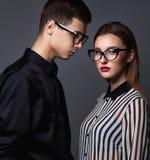 Forme pares novos em vidros na moda e na roupa stlylish sobre Imagem de Stock Royalty Free