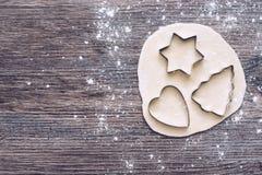 Forme per la prova Taglierine del biscotto sotto forma di albero dei cuori e delle stelle La vista dalla parte superiore fotografia stock