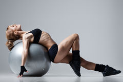 Forme physique avec la boule de gymnase Photographie stock
